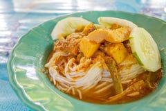泰国白色细面条和鱼器官变酸汤 库存照片