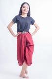 泰国的传统泰国舞蹈、文化和传统的美丽的亚裔女性舞蹈家 免版税库存照片