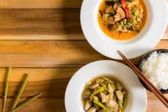 泰国的地方烹调在桌上被安排 免版税库存图片