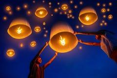 泰国的家庭发行要崇拜在yi彭节日,Chiangmai泰国的菩萨的遗物的天空灯笼 泰国人浮动灯i 免版税库存图片