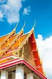 泰国的寺庙的屋顶有锋利的峰顶的反对蓝色 库存照片