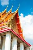 泰国的寺庙美丽的屋顶有锋利的峰顶的反对Th 免版税库存图片