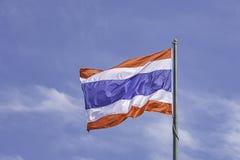 泰国的旗子杆和明亮的天空蔚蓝的 免版税库存图片