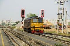 泰国的柴油电老机车 免版税库存图片