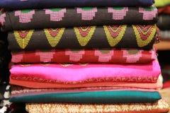 泰国的民间手工制造织品有美好的被卖的颜色和样式 库存图片
