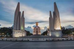 泰国的民主纪念碑,有日落天空的曼谷 免版税库存照片