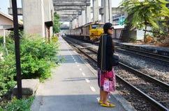 泰国的铁路火车的画象泰国妇女 库存图片