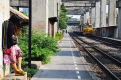 泰国的铁路火车的画象泰国妇女 库存照片