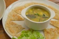 泰国的食物 绿色咖喱用椰奶和油煎的Roti 库存图片
