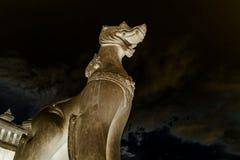 泰国的结构 古老Singha泰国样式狮子监护人雕象的消极图象在寺庙,曼谷,泰国的 图库摄影