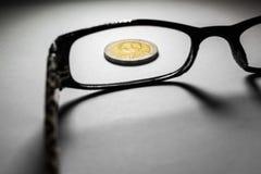 泰国硬币和玻璃 免版税库存照片