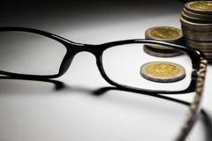 泰国硬币和玻璃 免版税库存图片