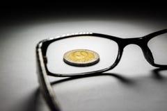 泰国硬币和玻璃 库存照片