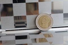泰国硬币衡量单位是在镜子的泰铢反射钱包-后部的十 库存图片