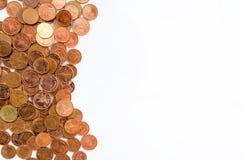 泰国硬币角钱、美元香港硬币和日元铸造 在白色背景的堆硬币 免版税库存图片