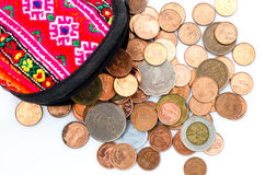 泰国硬币角钱、美元香港硬币和日元铸造 钱包和硬币在白色背景 库存图片