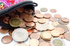 泰国硬币角钱、美元香港硬币和日元铸造 钱包和硬币在白色背景 免版税库存图片