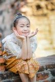 泰国礼服经典之作的逗人喜爱的亚裔女孩 免版税库存图片