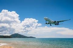 泰国空中航线飞机着陆在普吉岛机场 免版税图库摄影