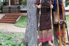 泰国站立在竹子的小山部落显示传统舞蹈 免版税库存图片
