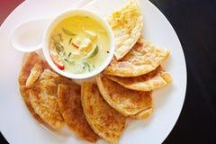 泰国绿色鸡咖喱和印地安roti 库存图片