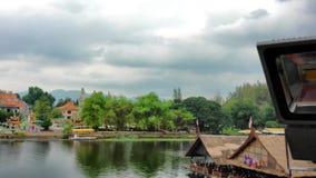 泰国缅甸铁路火车通过在河Kwai4时间速度的一座桥梁 股票录像