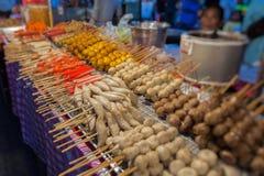 泰国肉丸和香肠用竹棍子 库存图片