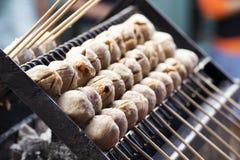 泰国肉丸用在火炉的竹棍子 免版税图库摄影