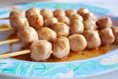 泰国肉丸用甜辣调味汁。 免版税图库摄影