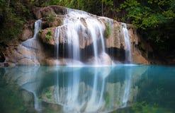 泰国自然背景 在雨林的美丽的瀑布 免版税图库摄影