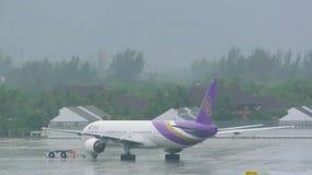 泰国航空公司波音777由拖曳机器移动 股票视频