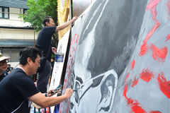 泰国艺术系学生绘泰国国王画象  图库摄影