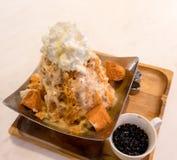 泰国茶被刮的冰冠上了用被鞭打的奶油色和白面包  免版税库存照片