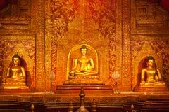 泰国菩萨金黄雕象的寺庙 免版税库存图片