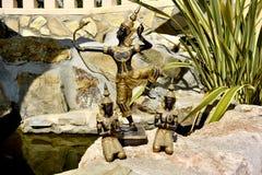泰国菩萨雕象有射手和两名祈祷的修士的 库存照片