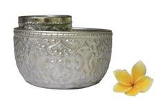 泰国葡萄酒样式银碗侧视图,被隔绝 库存图片