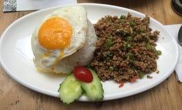 泰国蓬蒿留下剁碎的猪肉食物,! 免版税图库摄影