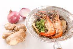 泰国被烘烤的虾用玻璃面条在白色背景中 库存图片