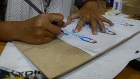 画泰国设计师的妇女和设计在纸的样式时尚为做心情委员会 股票录像