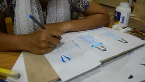 画泰国设计师的妇女和设计在纸的样式时尚为做心情委员会 影视素材