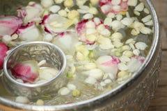 泰国诗歌选花和水 免版税图库摄影