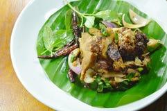 泰国辣切片烤了在香蕉叶子的猪肉沙拉 免版税库存照片