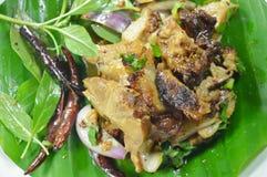 泰国辣切片烤了在香蕉叶子的猪肉沙拉 库存照片