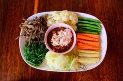 泰国辣味番茄酱或Nam Prik和菜在一张木桌上设置了 免版税库存照片