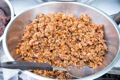 泰国辣椒酱调味汁与stweeten在的干虾stainles为出售滚保龄球在轰隆Lampu市场,曼谷,泰国上 免版税库存照片