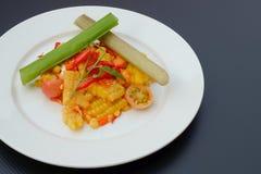 泰国辣菜用结页草用盐味的鸡蛋 免版税库存图片