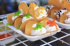 泰国酥脆薄煎饼-奶油绉纱和金蛋黄穿线 免版税库存图片