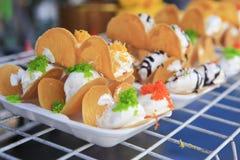 泰国酥脆薄煎饼-奶油绉纱和金蛋黄穿线 免版税库存照片