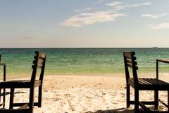 泰国酸值在咖啡馆的Samet椅子在海滩 免版税库存图片