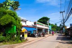 泰国酸值张Kai Bae海滩7-11便利商店 免版税库存图片